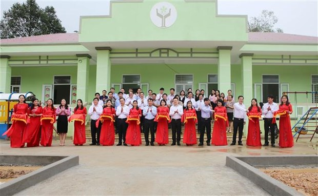 越南通讯社代表团莅临广治省开展向受灾群众送温暖献爱心活动 hinh anh 2