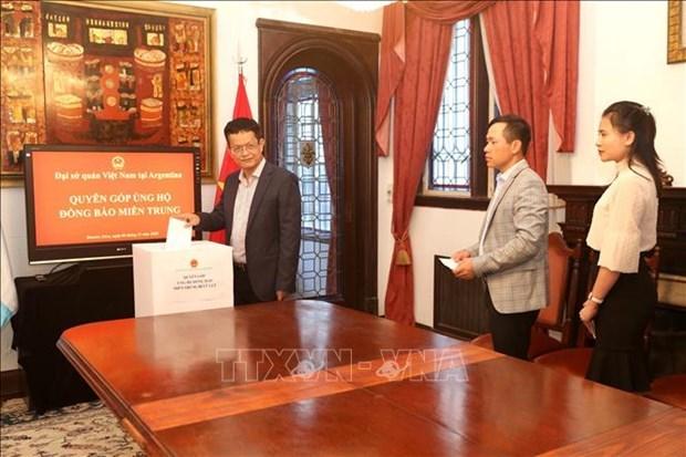 越南驻阿根廷大使馆为越南中部灾民进行捐款 hinh anh 1