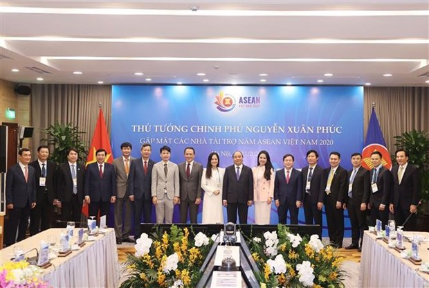 越南政府总理阮春福会见第37届东盟峰会赞助商 hinh anh 1