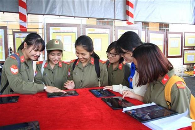 """""""黄沙、长沙归属越南--历史证据和法律依据""""地图资料展在大叻举行 hinh anh 2"""