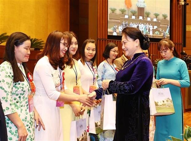 越南国会主席阮氏金银会见模范教师和教育管理干部 hinh anh 1