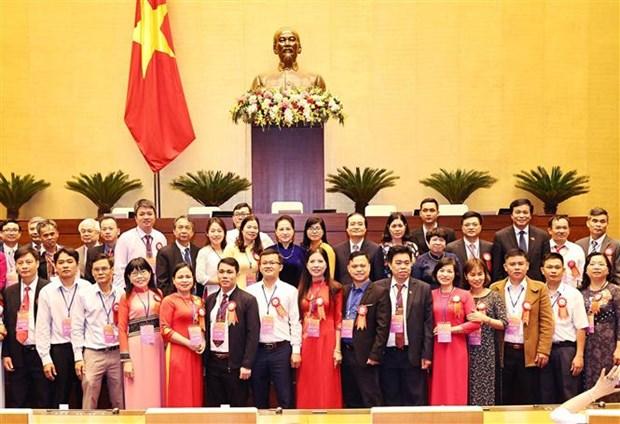 越南国会主席阮氏金银会见模范教师和教育管理干部 hinh anh 2