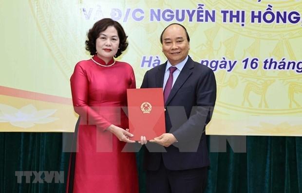 越南政府总理阮春福向各部门领导颁发任命书 hinh anh 1