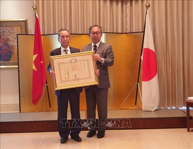 日本政府向越南副教授陈山授予日出勋章 hinh anh 1