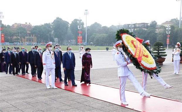 越南民族统一阵线成立90周年:党、国家和祖国阵线领导人拜谒胡志明主席陵墓 hinh anh 1