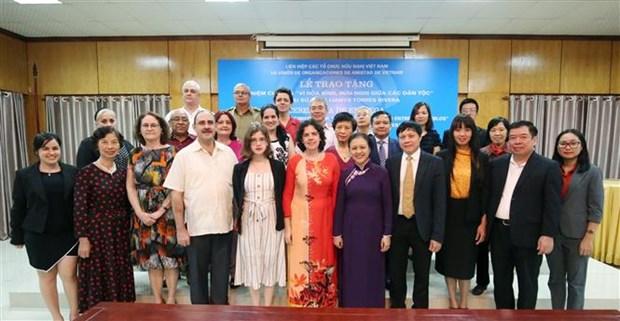 越南向古巴驻越南特命全权大使授予纪念章 hinh anh 2