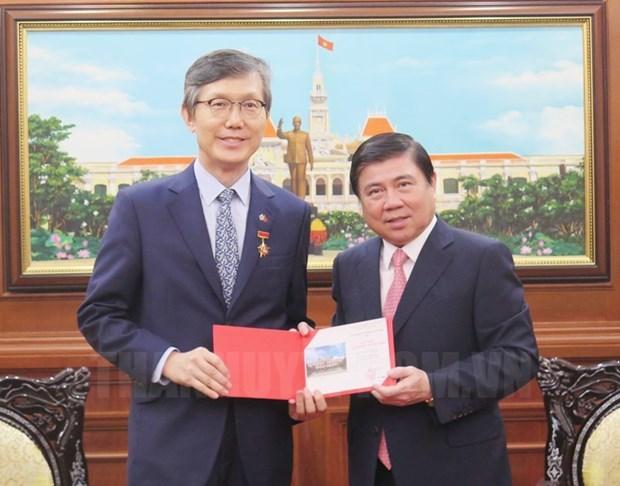 胡志明市领导会见前来辞行拜会的韩国总领事 hinh anh 1