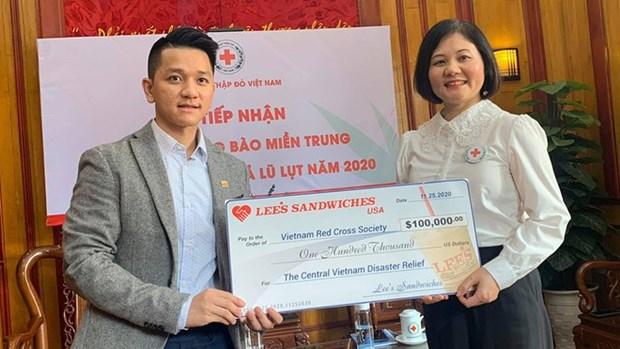 越南红十字会接受中部灾区救灾善款10万美元 hinh anh 1