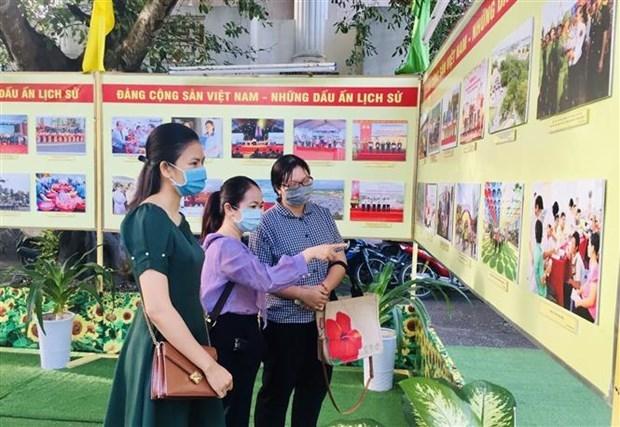 """""""越南共产党--历史烙印""""摄影展在芹苴市开展 hinh anh 2"""