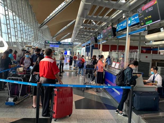 将在马来西亚的240余名越南公民接回国 hinh anh 1