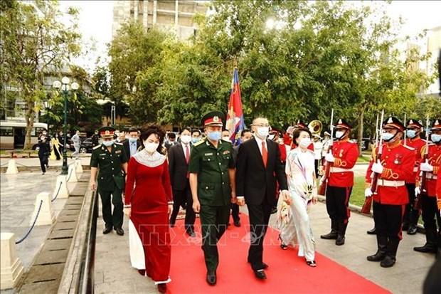 越南人民军建军76周年:越南驻柬埔寨大使代表团在越柬友谊纪念碑举行敬香仪式 hinh anh 1