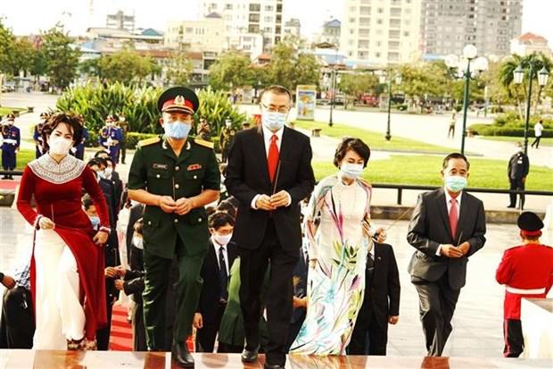 越南人民军建军76周年:越南驻柬埔寨大使代表团在越柬友谊纪念碑举行敬香仪式 hinh anh 2