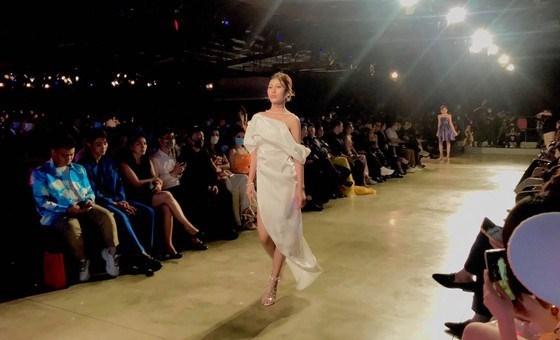 2020年越南国际时装节将吸引400名模特和歌手演员参加 hinh anh 1
