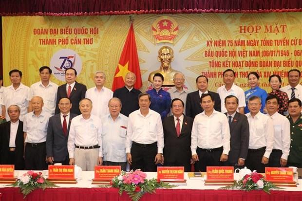 国会主席阮氏金银出席芹苴市越南国会第一个大选日75周年庆典 hinh anh 2