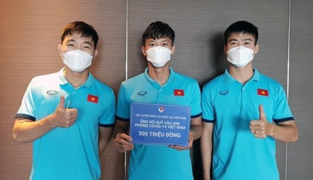 越南友好组织联合会和国家男子足球队捐款助力抗疫 hinh anh 2