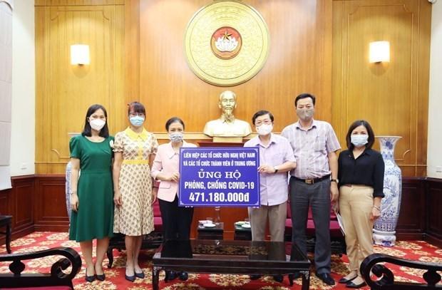 越南友好组织联合会和国家男子足球队捐款助力抗疫 hinh anh 1