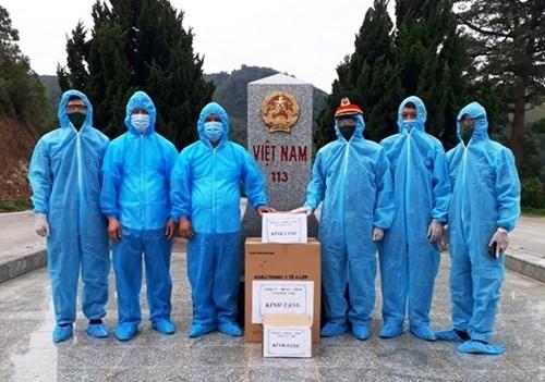 富寿省军事指挥部向老挝赠送防控新冠疫情的医疗物资 hinh anh 1