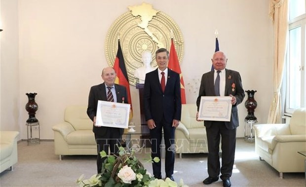 两位德国朋友荣获越南国家崇高奖励 hinh anh 1