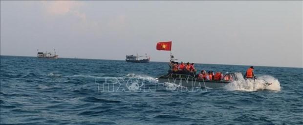 """越南国家主席向""""百万面国旗助力渔民靠海谋生""""项目捐赠5000面国旗 hinh anh 1"""