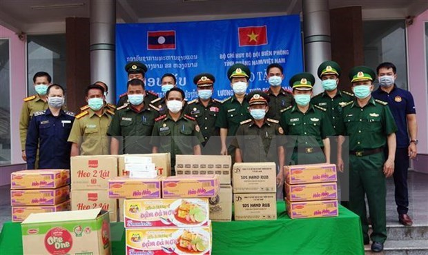广南省边防部队向老挝色贡省边境保护力量捐赠粮食和医疗物资 hinh anh 1
