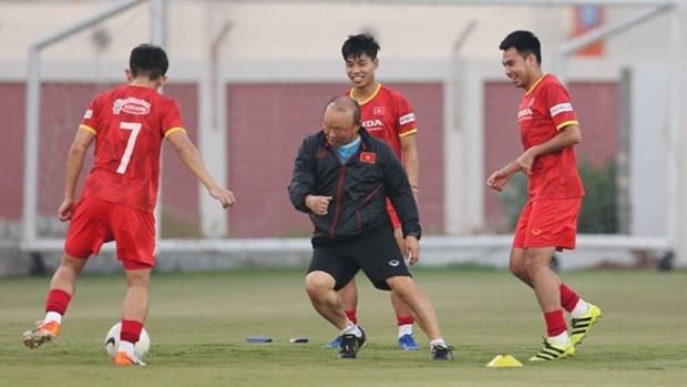 2022年卡塔尔世预赛40强赛:越南队主帅朴恒绪愉快地跟球员们训练 hinh anh 1