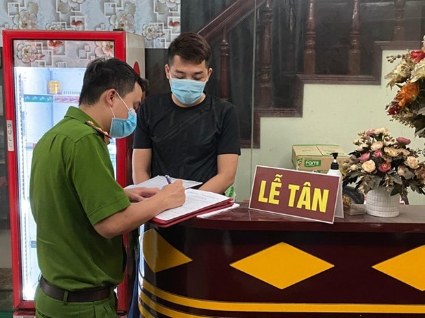 海阳省处罚2 名无证执业的外国人 hinh anh 1