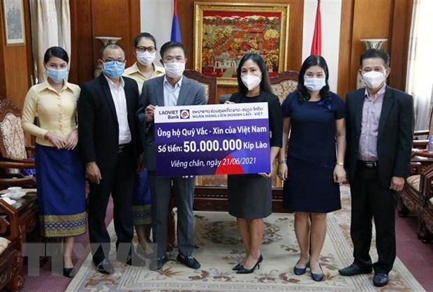 旅居老挝越南人继续为国内新冠肺炎疫情防控阻击战捐款 hinh anh 1