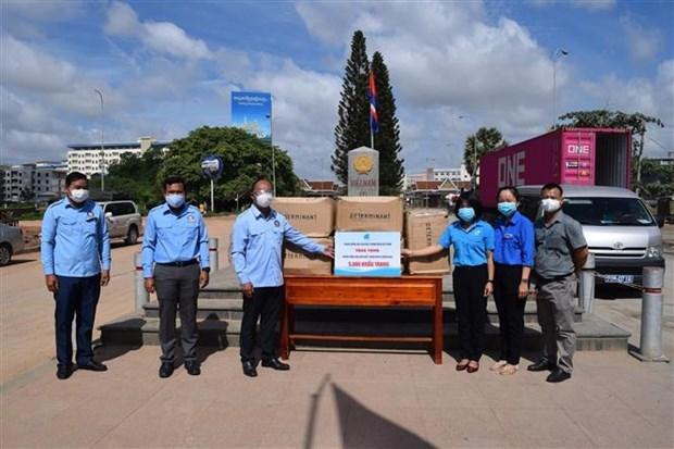 越南青年联合会向柬埔寨青年联合会赠予5000只防疫口罩 hinh anh 1