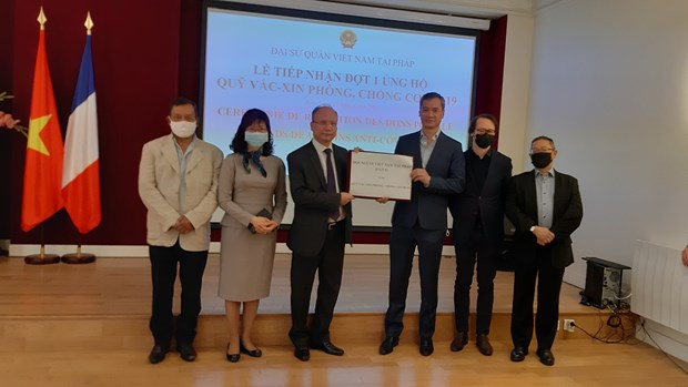 旅居法国越南人和法国朋友为越南新冠疫苗基金会捐赠2万欧元 hinh anh 1