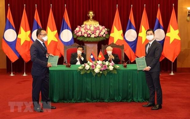 VinFast 与Phongsubthavy 集团签署在老挝销售汽车的合作协议 hinh anh 1
