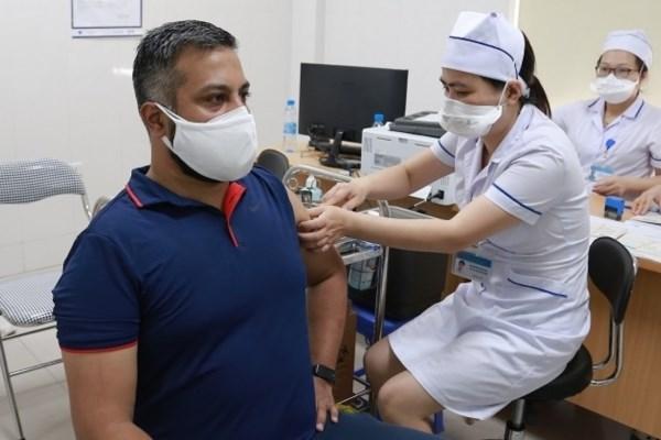 外国驻越媒体机构50名记者获得新冠疫苗接种 hinh anh 1