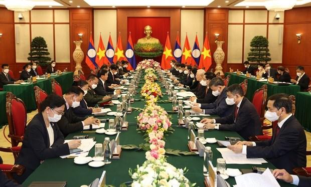 越共中央总书记阮富仲与老挝人民革命党总书记、国家主席通伦举行了会谈 hinh anh 1
