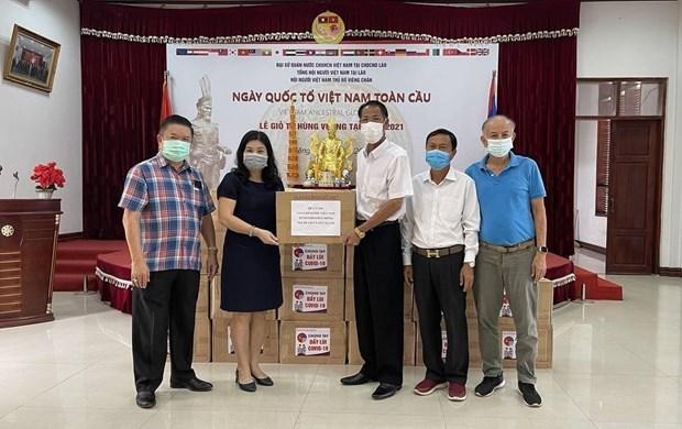 新冠肺炎疫情:向旅居老挝越南人捐赠2万只口罩 hinh anh 1