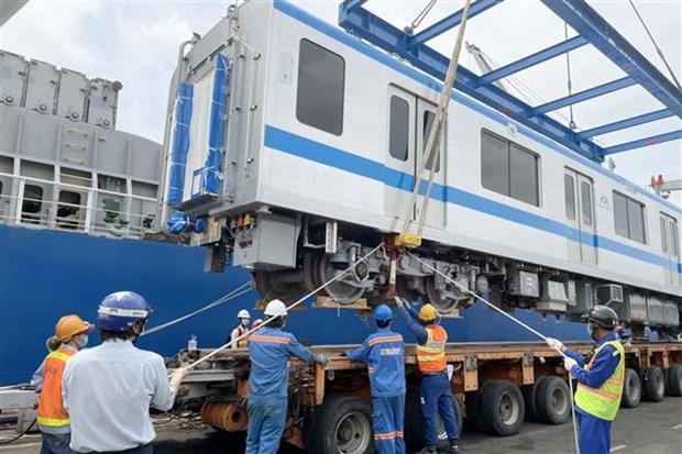 胡志明市地铁一号线再有两列列车运抵庆会港 hinh anh 2
