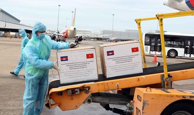 新冠肺炎疫情:胡志明市接受柬埔寨政府和人民捐赠的防疫物资 hinh anh 1