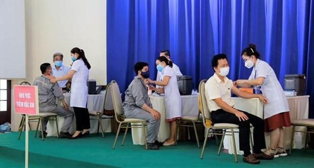新冠肺炎疫情:广宁省工人新冠疫苗接种率超70% hinh anh 1