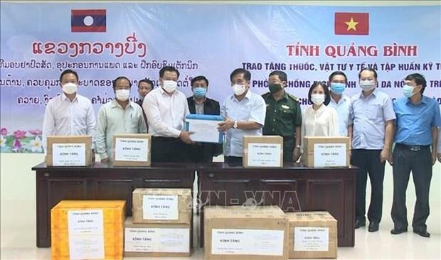 广平省向老挝甘蒙省捐赠防控牛结节疹疫情药品和医疗物资 hinh anh 1