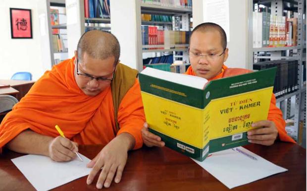 越南首部《越南语高棉语双语词典》出版发行 hinh anh 1