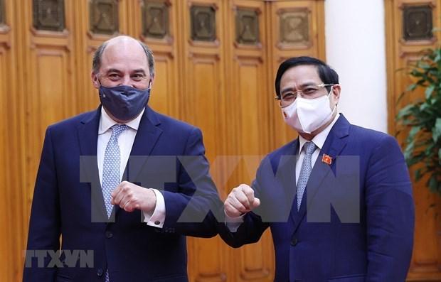 越南政府总理范明政会见英国国防大臣罗伯特·本·洛班·华莱士 hinh anh 1