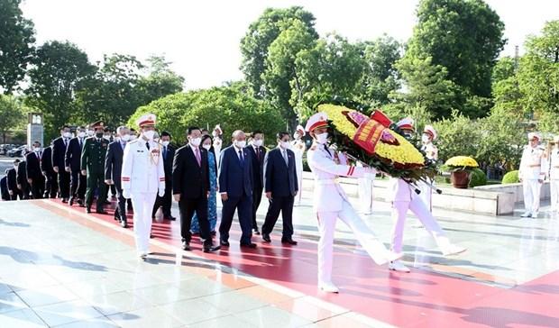 越南党和国家领导人上香缅怀英雄烈士 hinh anh 1
