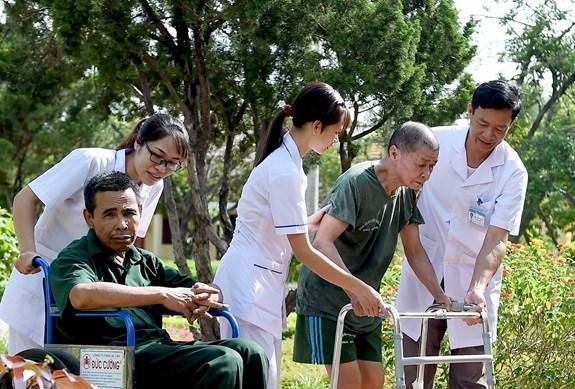 越南各地伤残军人疗养中心用爱心抚平战争之痛 hinh anh 1