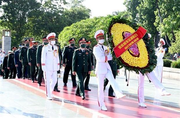 越南党和国家领导人上香缅怀英雄烈士 hinh anh 2