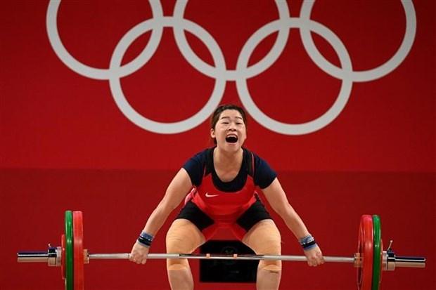 2020年东京奥运会举重比赛:越南选手黄氏缘在女子举重59公斤级中名列第五位 hinh anh 1