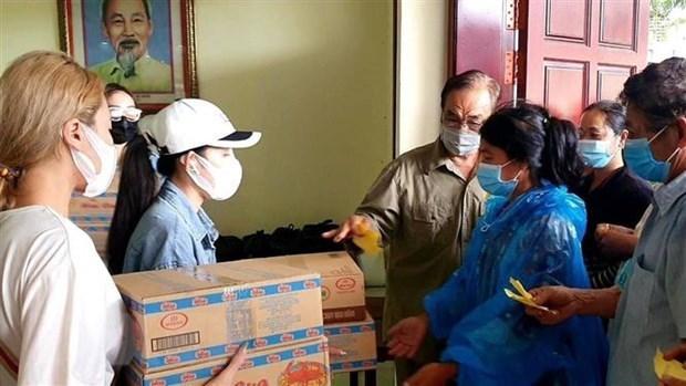 向旅居柬埔寨西哈努克省越南人送上慰问品 助力渡过疫情难关 hinh anh 1