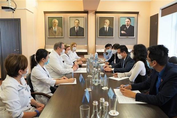 在俄越南研究生参加新冠疫情后重症患者复苏模式研究 hinh anh 1