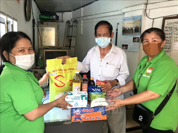 胡志明市为困难群众和防疫一线人员提供援助 hinh anh 1