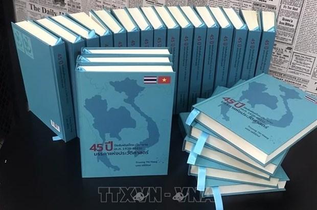 《越南-泰国关系45周年(1976-2021年):一个历史征程》泰语和越南语版正式亮相 hinh anh 1