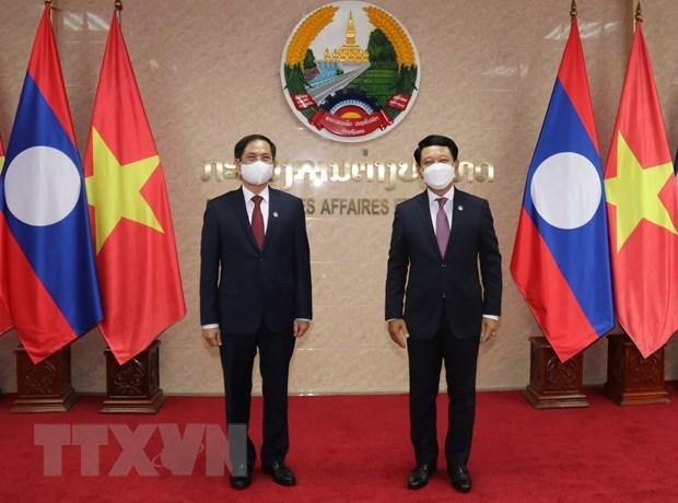 越南外交部部长裴青山会见老挝外交部部长 hinh anh 1