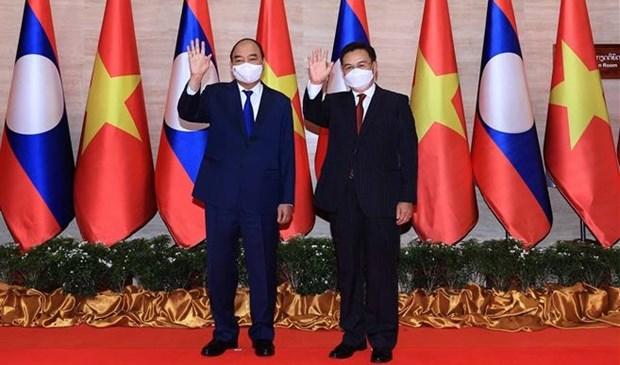 老挝媒体密集报道越南国家主席阮春福对老挝进行的正式友好访问 hinh anh 1