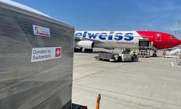 新冠疫情:瑞士向越南提供13吨医疗援助物资 hinh anh 1